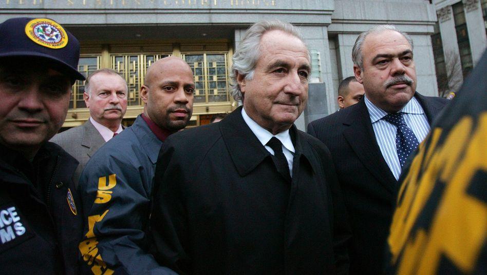 Hofft auf Freiheit: Bernard Madoff (vorne)