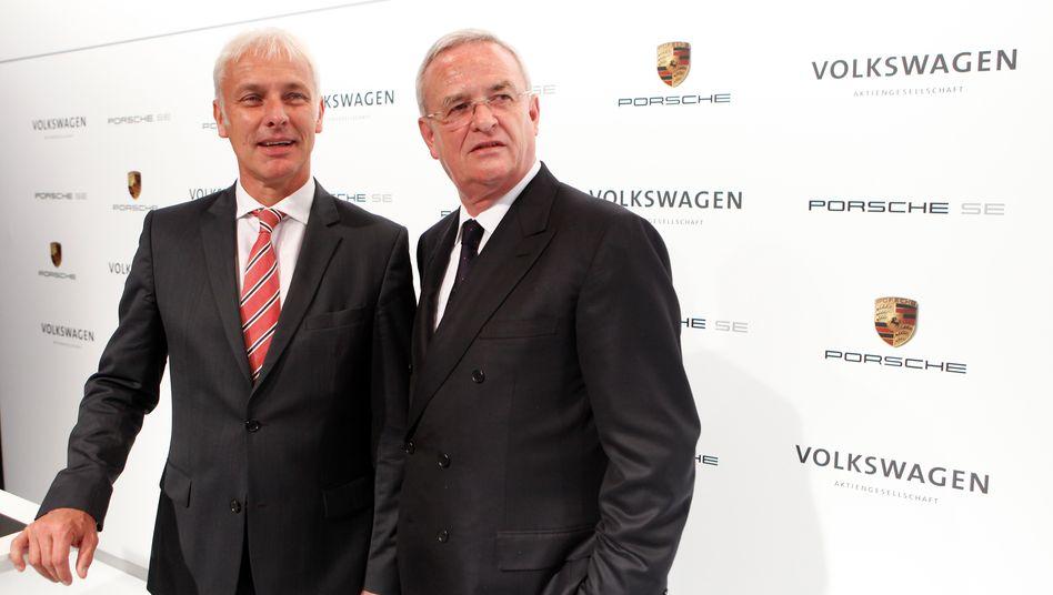 Morgens Wolfsburg, nachmittags Stuttgart: VW-Chef Winterkorn (r.) und Porsche-Chef Müller am Rande der heutigen Pressekonferenz