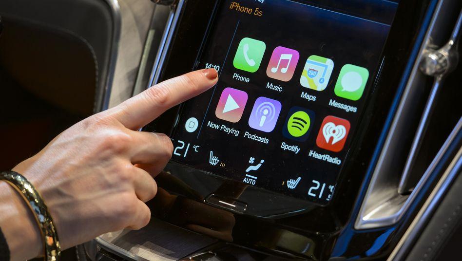 Gibt's schon: Apples CarPlay, um das iPhone locker im Auto zu nutzen. Ein eigenes Apple-Auto ist inzwischen unwahrscheinlicher.
