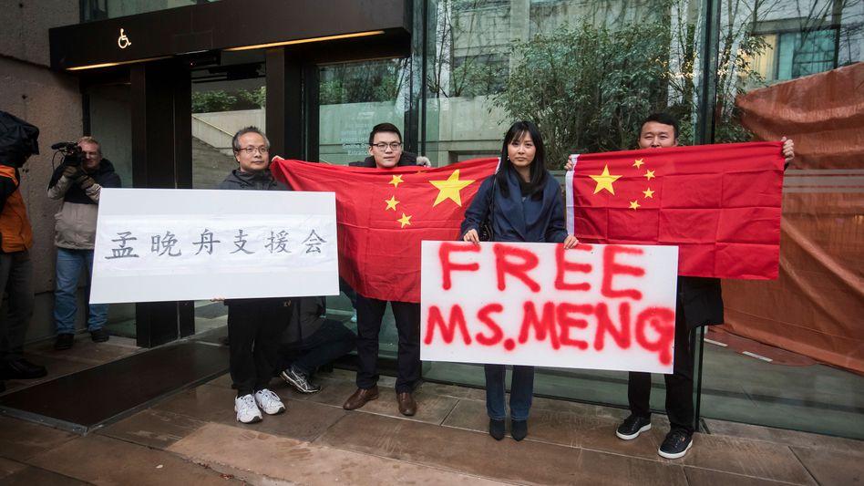 Huawei-Topmanagerin Meng Wanzhou wurde gegen hohe Kaution auf freien Fuß gesetzt. Doch sie darf das Land nicht verlassen - der Fall belastet weiterhin das Verhältnis zwischen China, Kanada und USA