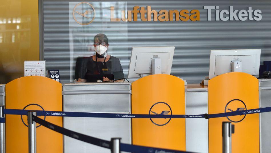 Lufthansa-Schalter am Flughafen München: Die Fluglinie hat in Deutschland laut Eigenangaben 11.000 Stellen zu viel