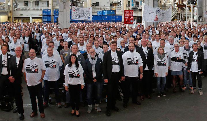 """""""Ein Team. Eine Familie"""" : So lautete die Aufschrift auf den T-Shirts zur Betriebsversammlung im Oktober 2015. Ob die Mitarbeiter das angesichts verschärfter Sparanstrengungen noch so empfinden?"""