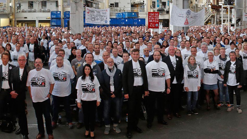 120.000 Beschäftigte bei VW profitieren von einem Haustarifvertrag, der ihnen deutlich mehr Geld sichert als der Metall-Flächentarifvertrag. Die Neuverhandlung des Vertrags birgt angesichts der milliardenschweren Lasten des Dieselskandals erheblichen Sprengstoff