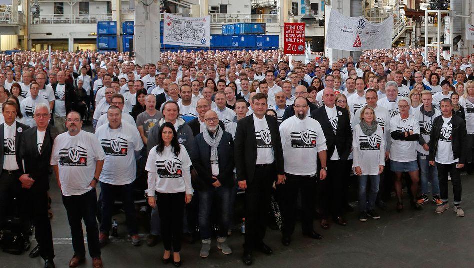 """""""Ein Team. Eine Familie"""" - """"Wir sind Volkswagen"""": Auf T-Shirts und Transparenten machten sich gut 20.000 Beschäftigte im Stammwerk Volkswagen gegenseitig Mut - doch der Vorstandschef Matthias Müller und der Betriebsratschef Bernd Osterloh stimmten die Beschäftigten eher auf tiefe Einschnitte ein"""