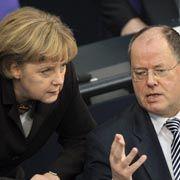 """Kanzlerin Merkel, Finanzminister Steinbrück (r.): """"Es gilt, Schaden vom deutschen Volk abzuwenden"""""""