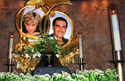 Kerzen und Fotos bei Harrods: In dem Londoner Kaufhaus, das Dodi al-Fayeds Vater gehört, erinnert dieser Schrein an die Prinzessin und ihren Freund