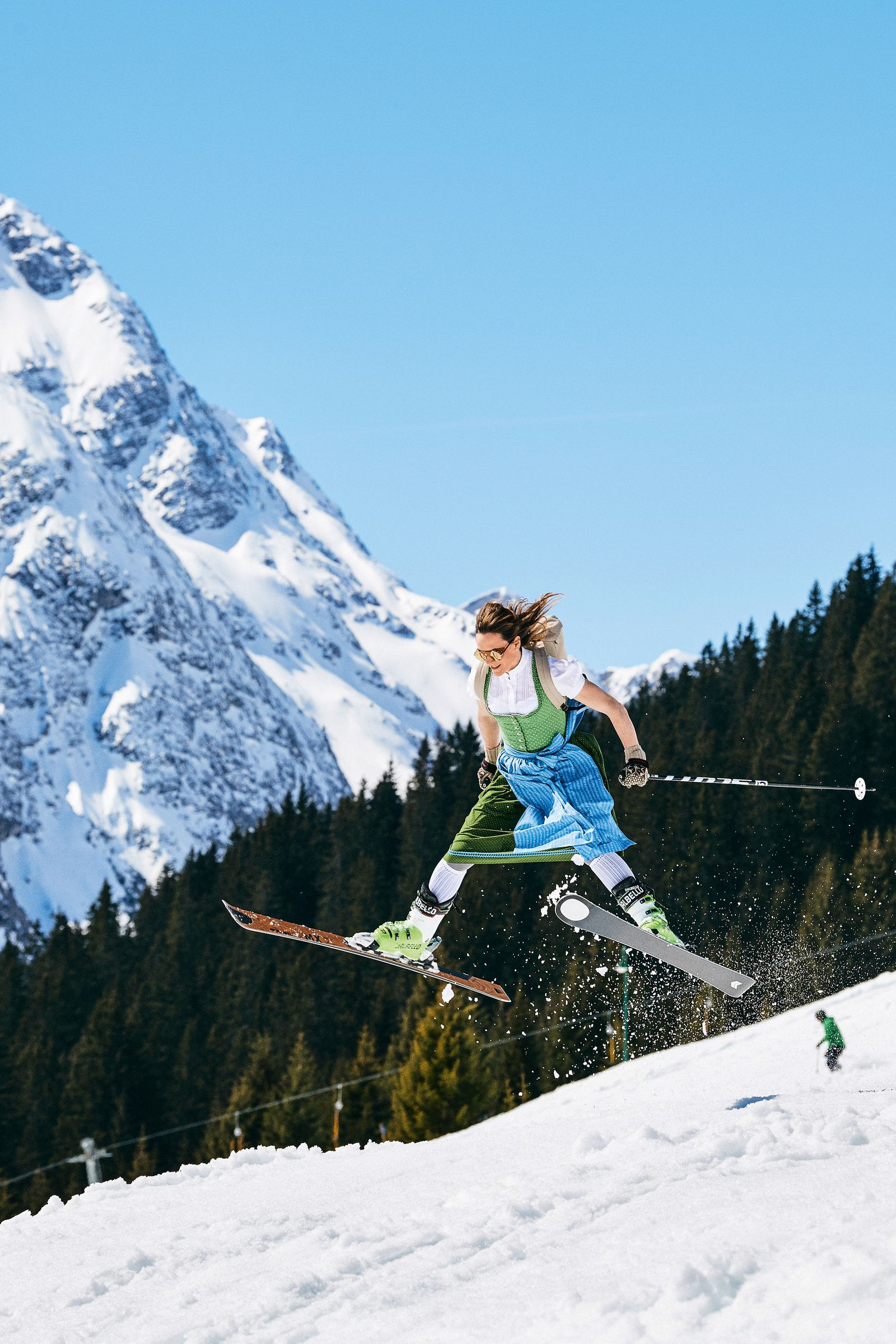 EINMALIGE VERWENDUNG Limit Skills | Ski Springerin im Dirndl