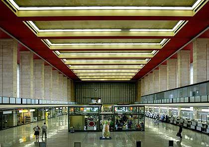 Imposanter Bau: Blick in die Empfangshalle des Flughafen Tempelhof