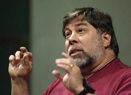 Steve Wozniak kam im August 1950 in Sunnyvale, im heutigen Silicon Valley, zur Welt. Von 1971 an arbeitete er als Ingenieur für Hewlett Packard. Vier Jahre später baute Wozniak in der Garage von Steve Jobs den Prototyp des Apple I. Gemeinsam mit Ronald Wayne gründeten Wozniak und Jobs 1976 Apple. 1980 unternahm die Computerfirma den größten Börsengang seit Ford. Nach einem Flugzeugabsturz im Februar 1981 entschied sich Wozniak, sein Leben zu ändern. Er holte seine Abschlüsse an der Universität von Berkeley nach, 1985 verließ er Apple. Von seinem Ex-Arbeitgeber erhält Wozniak immer noch rund 10.000 Dollar pro Jahr. Eine neue Firma für Universalfernbedienungen floppte. Wozniak war dreimal verheiratet und hat aus zweiter Ehe drei Kinder.