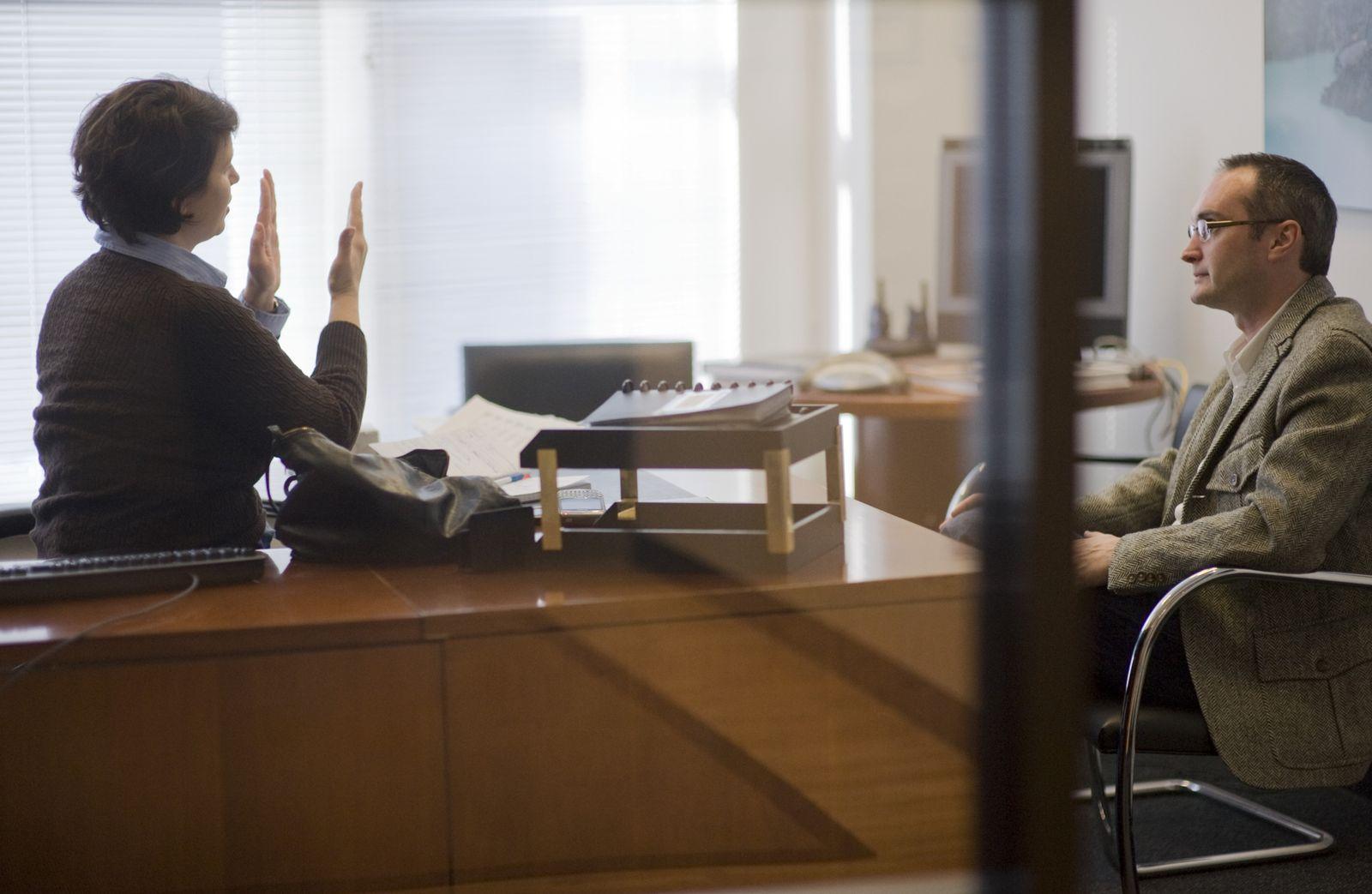 NICHT MEHR VERWENDEN! - Symbolbild Geschäftsleben / Einstellungsgespräch / Gehaltsverhandlung