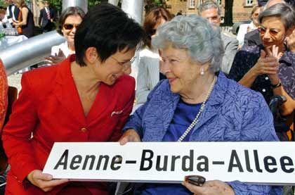 """Ehrenbürgerin: Zum 95. Geburtstag wurde eine Straße in Offenburg in """"Aenne Burda-Allee"""" umbenannt"""