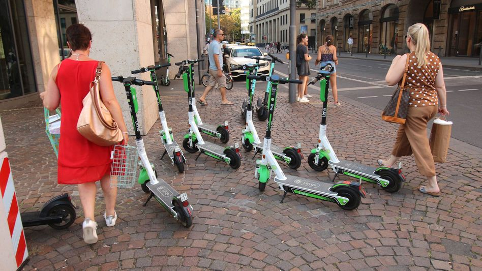 Verkehrswende oder Straßenmüll? E-Scooter in Frankfurt versperren Fußgängern den Weg