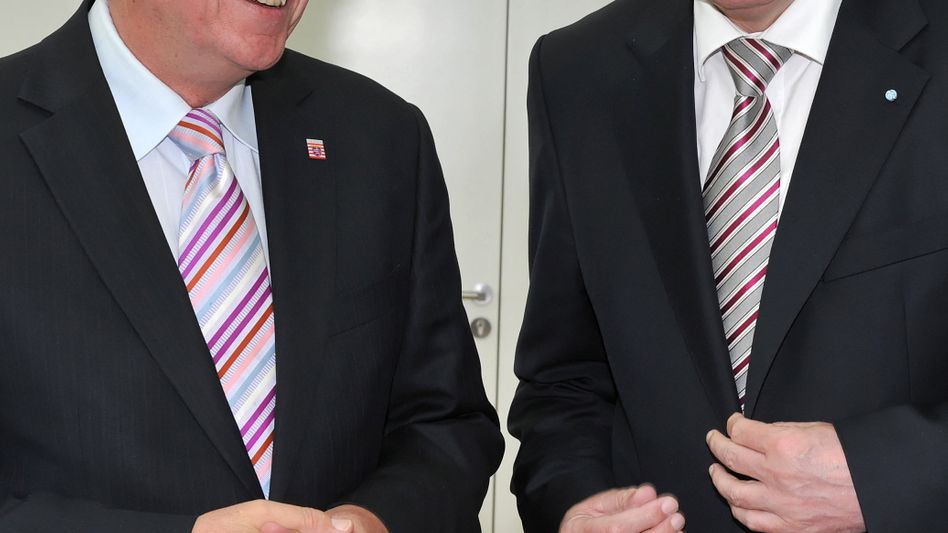 Zwei Kläger unter sich: Der bayerische Ministerpräsident Horst Seehofer (r.) und sein hessischer Amtskollege Volker Bouffier (beide CDU) gehen gegen den Finanzausgleich vor