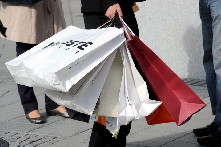 Keine vollen Einkauftüten mehr - allenfalls vor Supermärkte. Viele Einzelhändler würden die Krise nicht überleben, befürchtet der Interessenverband HDE.