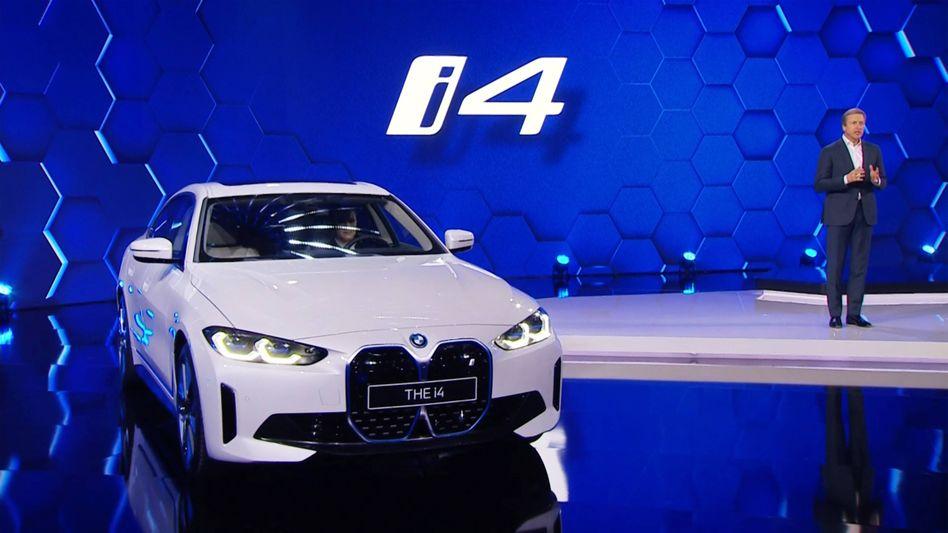 13 vollelektrische Modelle bis 2023: Der BMW i4 (Bild) kommt bereits drei Monate früher auf den Markt, kündigt Konzernchef Oliver Zipse (rechts) an