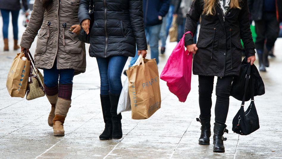 Seltenes Bild: Nur wenige Konsumenten kommen aktuell mit vollen Taschen von Shopping zurück.