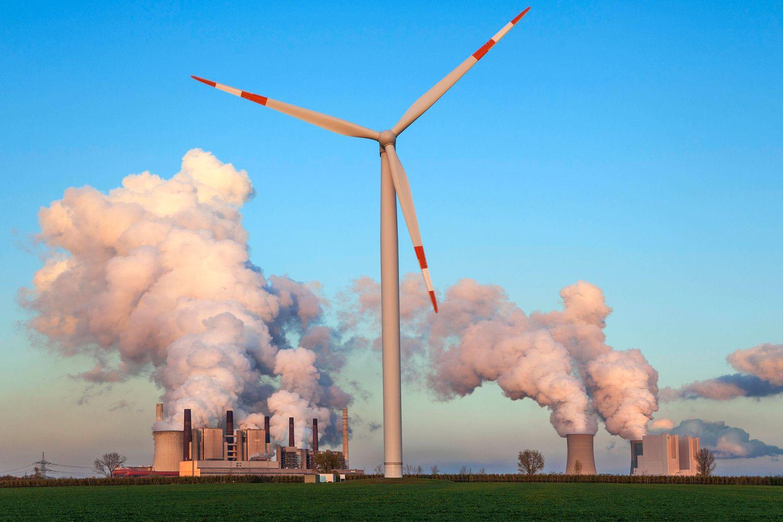 Windkraftanlage im Abendlicht, hinten RWE Power AG, Kraftwerk Neurath, Braunkohlekraftwerk, dampfende Schlote, Kohleaus