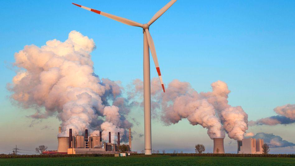 Umstrittene Kohlekraftwerke: Weil der Wind im Frühjahr nicht wie erwartet wehte, haben Braunkohle- und Steinkohlekraftwerke im ersten Halbjahr deutlich mehr Strom ins Netz eingespeist
