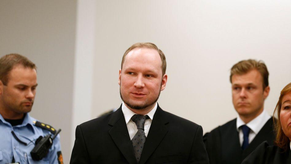 Schlag ins Gesicht der Angehörigen: Mit einem Lächeln auf dem Gesicht tritt der Attentäter Breivik am Freitag zu seiner Urteilsverkündung an