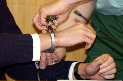 Sollen doch die Handschellen klicken: Managementfehler können böse Folgen für die Betroffenen haben. Das finanzielle Risiko lässt sich aber abfedern