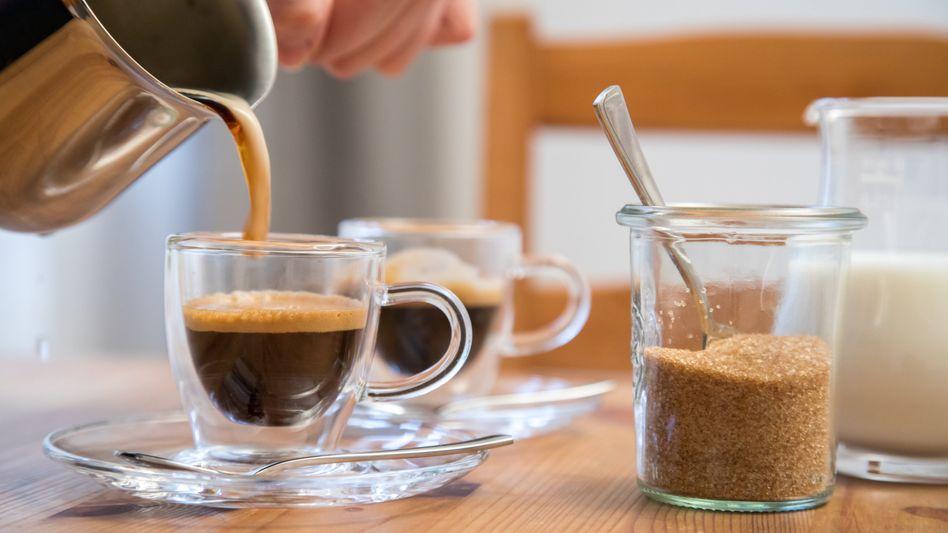 Espresso wird länger geröstet und kürzer gebrüht. Wer einen empfindlichen Magen hat, kann deshalb ausprobieren, ob er den Kurzen besser verträgt.