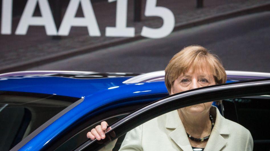 """Angela Merkel ist """"enttäuscht"""" von der Autoindustrie, will ihr im Zuge des Abgas- und Dieselskandals aber auch keine Daumenschrauben anlegen"""