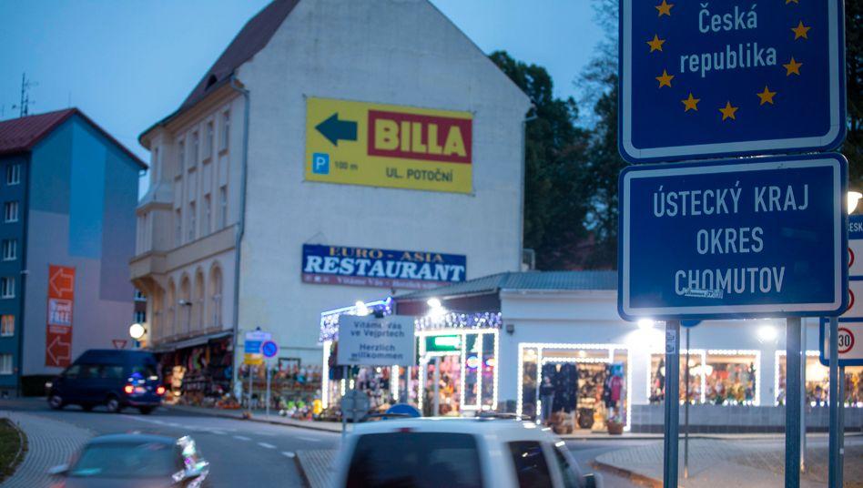 Deutsch-tschechische Grenze im Erzgebirge: Mal eben zum Tanken fahren ist nicht mehr erlaubt - wer aus dem Corona-Hotspot kommt, muss einen negativen Test vorlegen oder in Quarantäne