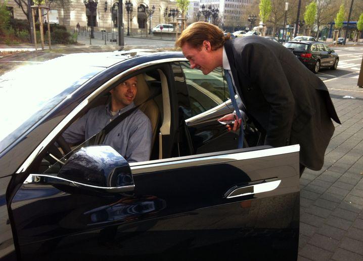Der Tesla zieht die Blicke auf sich: Dieser Frankfurter Rechtsanwalt etwa durfte auch mal in den Wagen hineinschauen