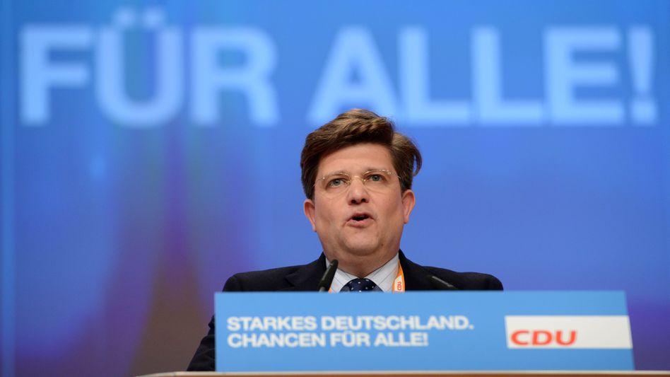 Aus dem Kanzleramt direkt zu Daimler: Der Verdacht, Ex-Staatsminister Eckart von Klaeden (CDU), habe sich noch zum Amtszeiten in der Regierungszentrale für die Interessen des Autobauers verwendet, hat sich offenbar nicht erhärtet.