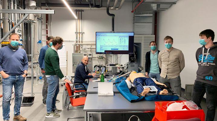 Viessmann-Mitarbeiter testeten Beatmungsgeräte-Prototypen an Puppen