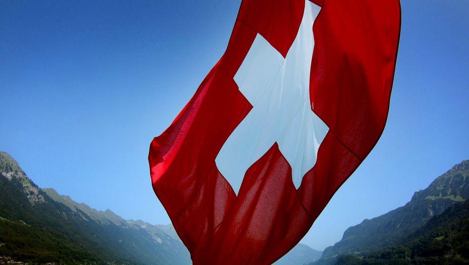 Schweizer Fahne auf dem Brienzer See: Globalisierung, neue Technologien, Demographie und der Fall des Bankgeheimnisses sorgen für Ängste
