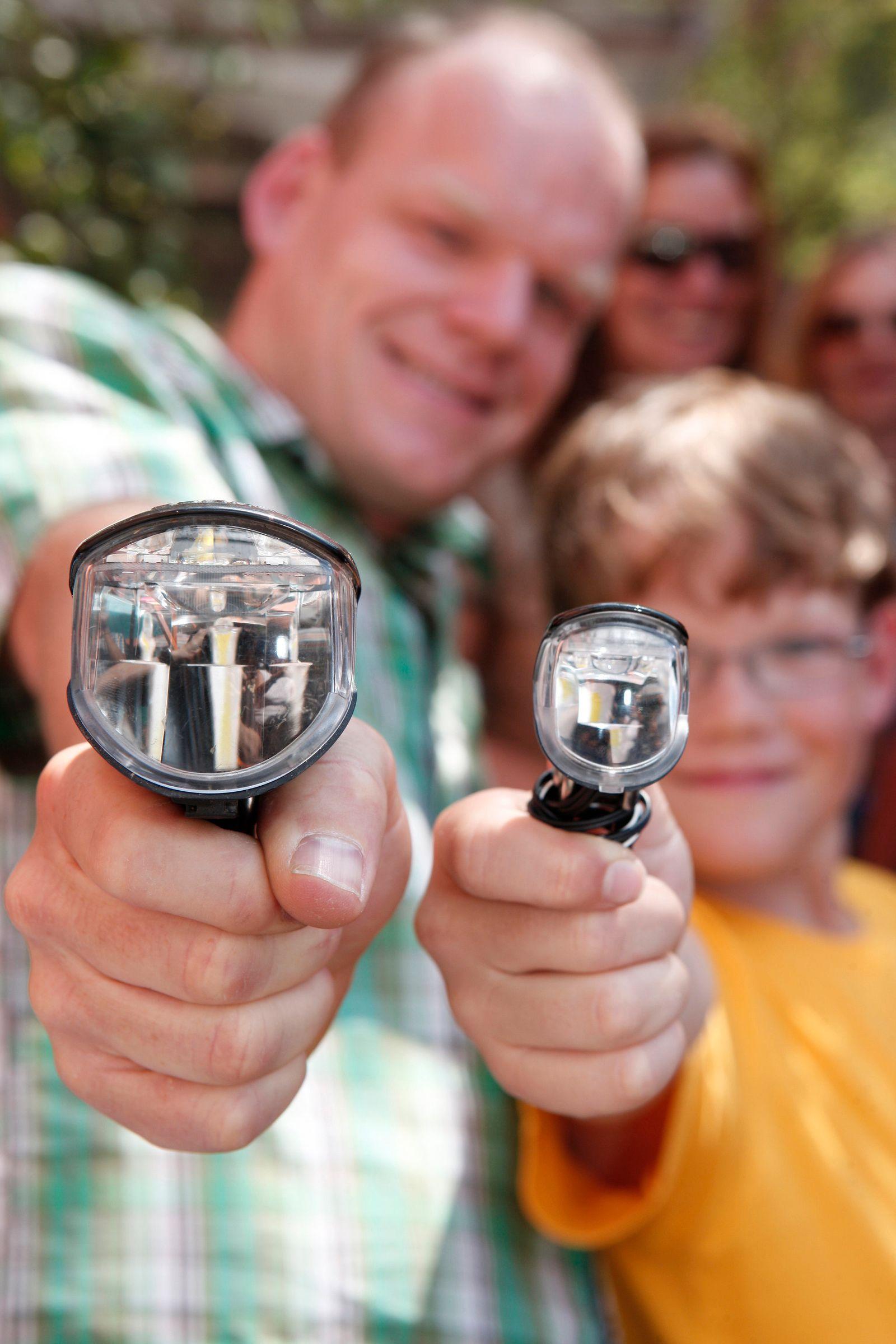 EINMALIGE VERWENDUNG Schlauchlosreifen und Helm mit Brille: Extras für Radler