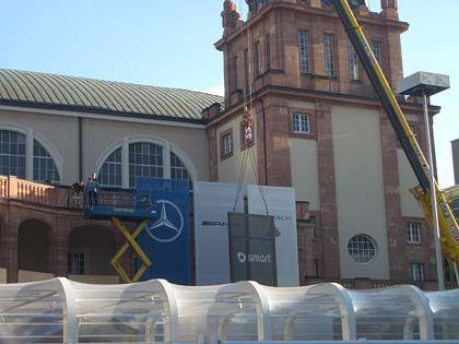 Fassadenkletterer: Auch von außen wird die Festhalle in Szene gesetzt