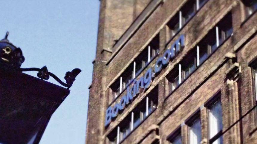 Juniorsuite Booking.com setzt in seiner Zentrale in Amsterdam auf lässiges Ambiente und junge IT-Cracks. Weniger als ein Fünftel der Zentralkräfte kommt aus Holland.