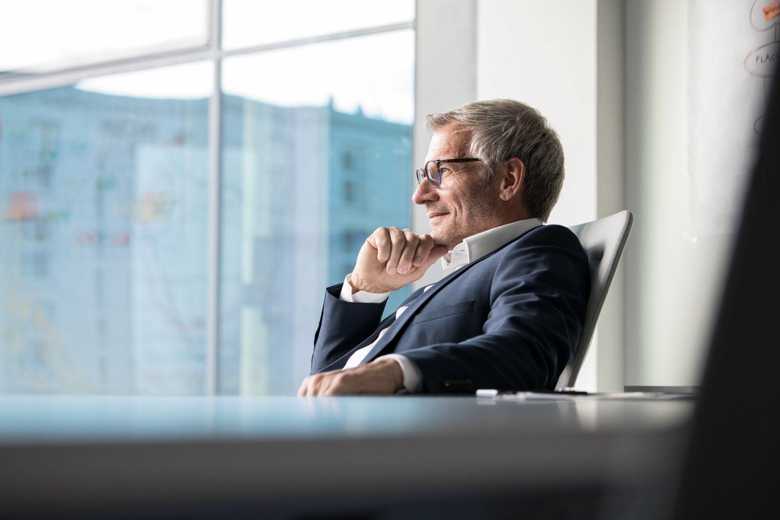 EINMALIGE VERWENDUNG Manager graue Haare / alt nachdenklich
