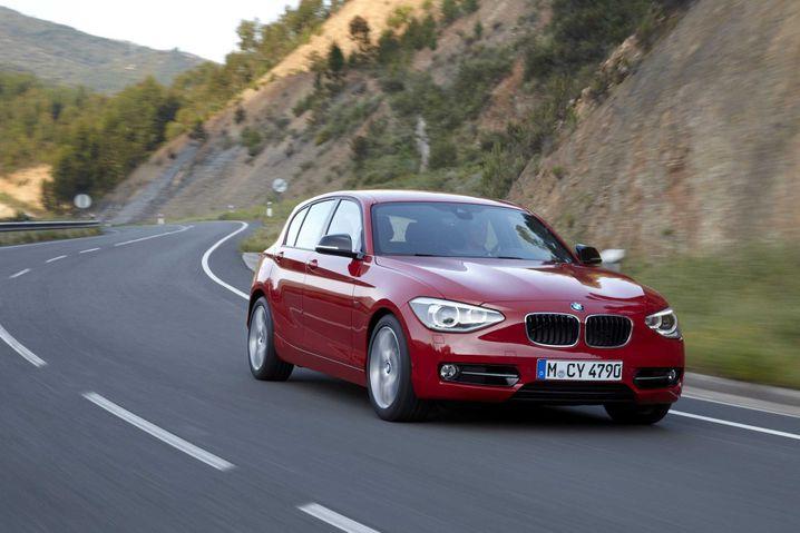 Bleibt auf Kurs: Der BMW 1er sticht seinen größeren Geländewagen-Bruder aus