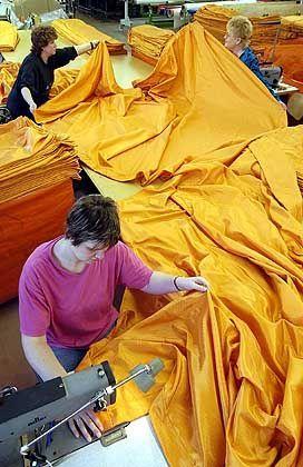 """Kunst-Stoff: Näherinnen fertigen Zeltbahnen für """"The Gates"""""""
