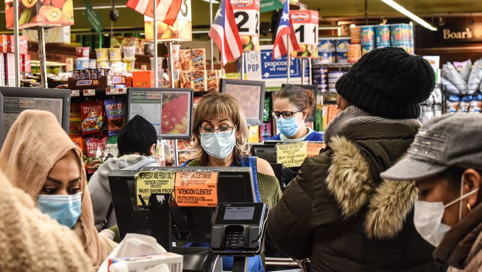 Menschen im Supermarkt in New York City