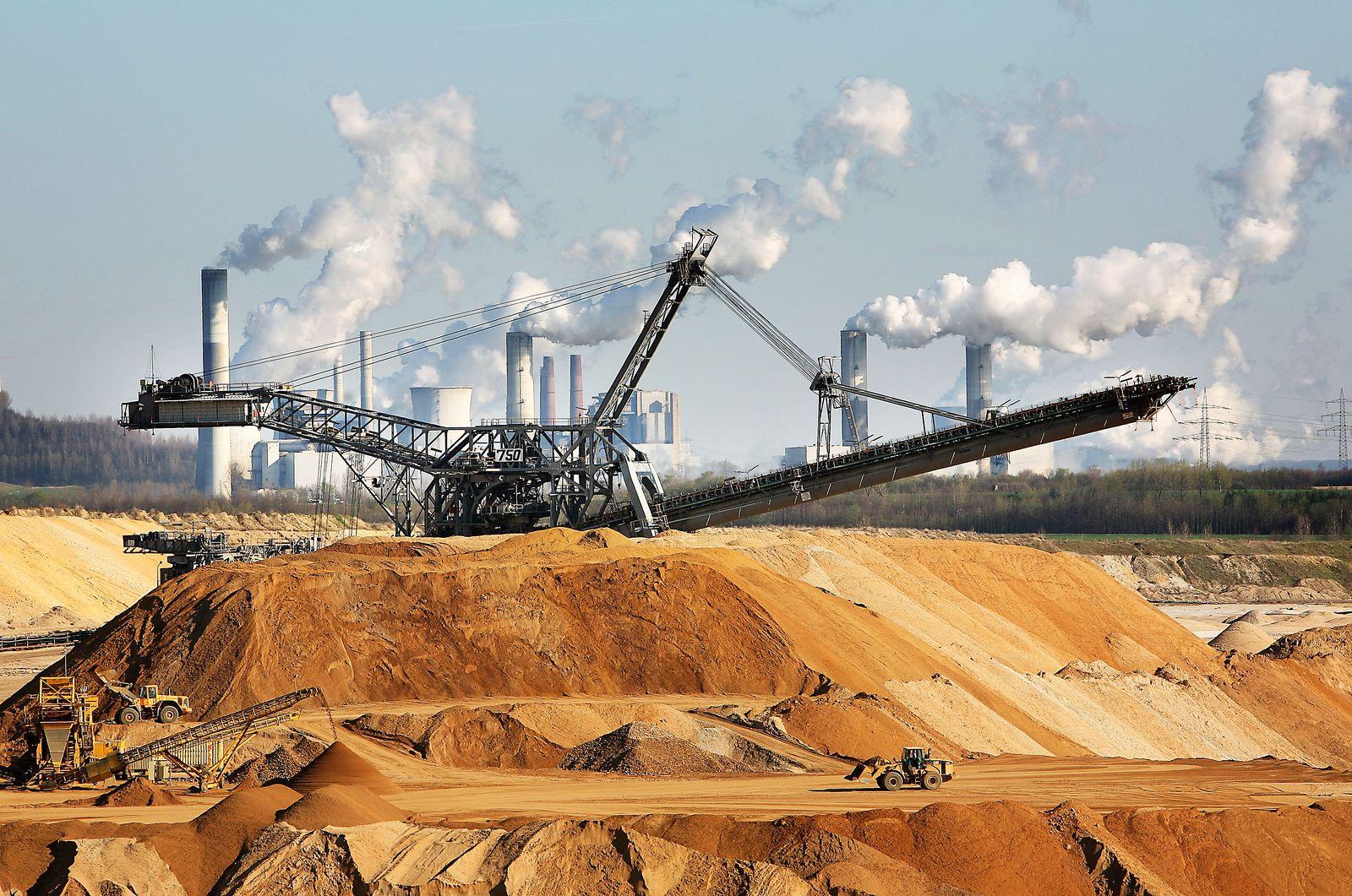 Braunkohlekraftwerke / rauchende schlote /Kohle-Kraftwerk / Braunkohle