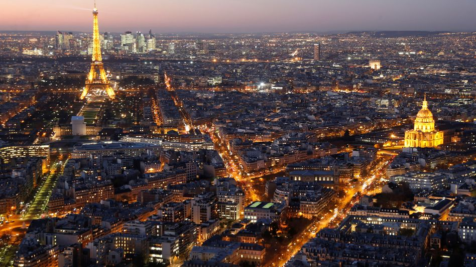 Paris in der Dämmerung: Um Strom zu sparen, drosselt die Stadtverwaltung die Beleuchtung