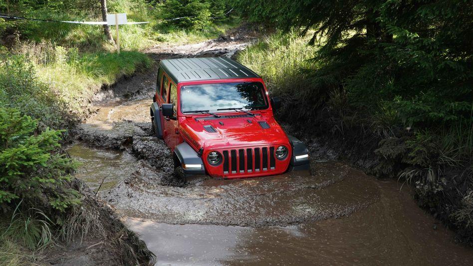 Schmutzig kann er: Ein Offroad-Fahrzeug der Fiat-Chrysler-Marke Jeep bei einer Flussdurchquerung