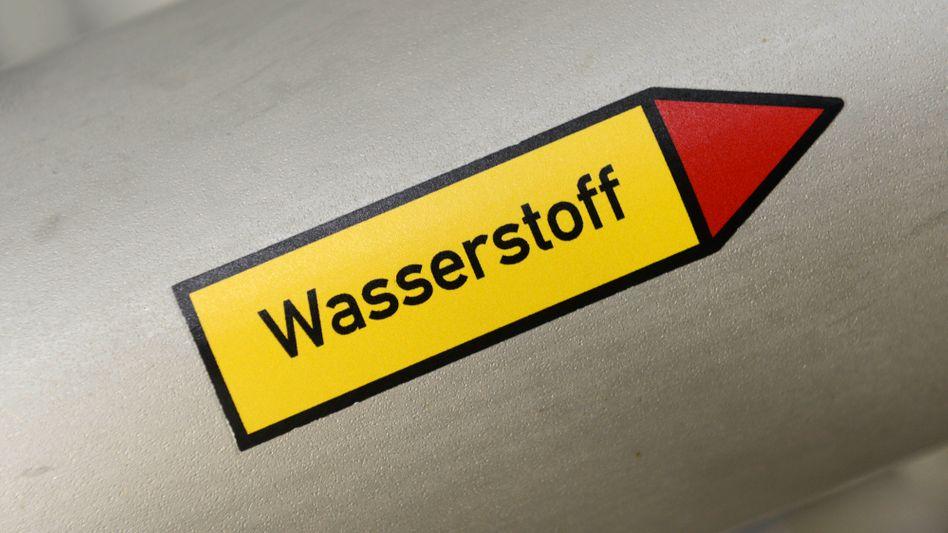 Der Stoff, aus dem deutsche Industrie-Klimaträume sind: Schriftzug Wasserstoff auf einer Pilotanlage in Werlte