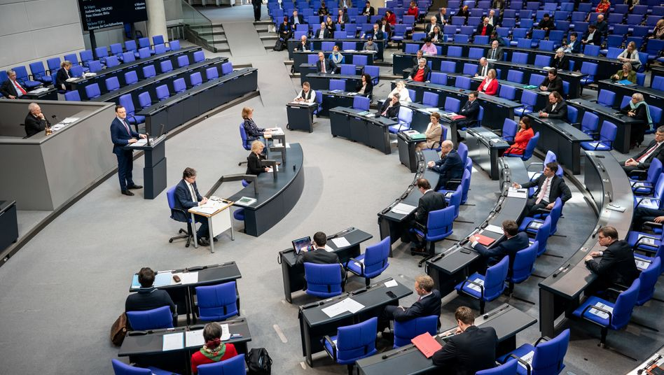 Gesundheitsminister Jens Spahn (links am Rednerpult) im zwecks Minimierung der Ansteckungsgefahr ausgedünnten Bundestag (Aufnahme von Mittwoch, 25. März)