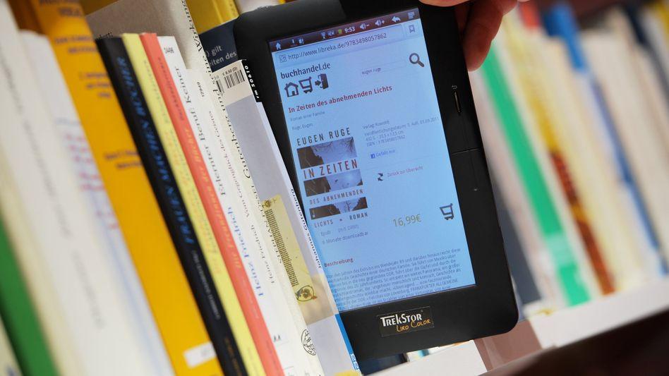 """Buch versus E-Reader: """"Noch ist Deutschland sehr wettbewerbsfähig, aber wir müssen die Wirtschaft in ihre digitale Zukunft transformieren, wenn das so bleiben soll"""", sagt HWWI-Chef Vöpel"""
