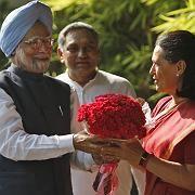 Blumen für den Premier: Der Ökonom Manmohan Singh (l.) gilt als wirtschaftsfreundlich