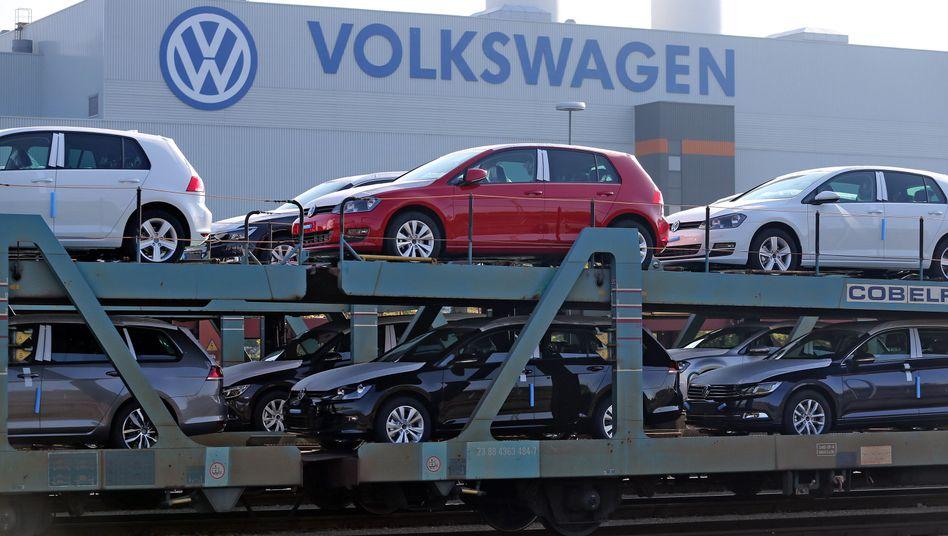 Golf und Passat zum Abtransport bereit: Es geht nur langsam voran mit der Kernmarke VW Volkswagenkonzern