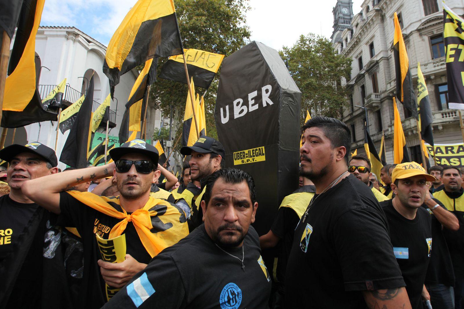 Taxifahrer protestieren gegen Uber