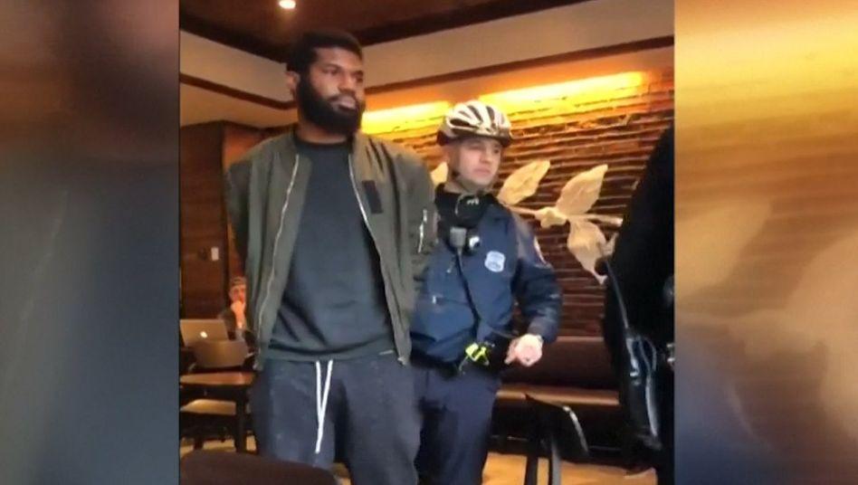 Abgeführt, weil er nichts bestellte: Starbucks-Chef Kevin Johnson hat sich öffentlich für den Vorfall entschuldigt