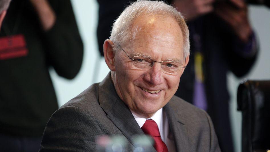 Mehr Steuereinnahmen erfreuen Finanzminister Schäuble. Unter dem Strich bleibt aber die bittere Erkenntnis: Der Schuldenberg von Bund, Ländern und Gemeinden mit zwei Billionen Euro verkleinert sich kaum