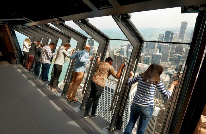 Der Skyscraper 360 Chicago hat noch eine besondere Attraktion für Urlauber: ein schräges Fenster, das den Ausblick nach unten freigibt.